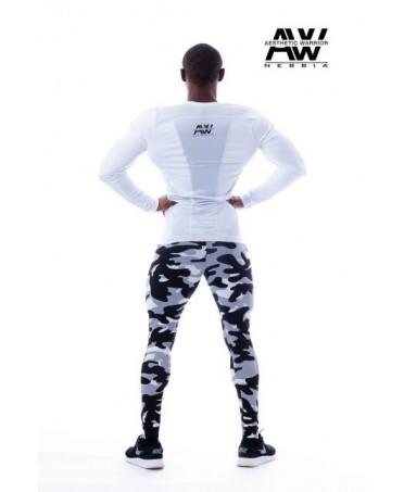 pantalone aderente uomo in mimetica bianca e nera. comodo per allenarsi, ideale per mostrare i muscoli delle gambe.